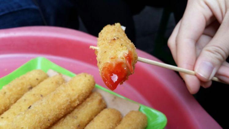 Hanoi street food on Ta Hien: Mozzarella sticks